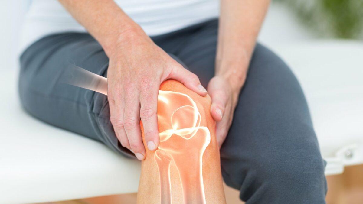 Kobieta z dolegliwościami bólowymi stawu kolanowego.
